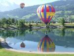 jeu de reflet de la montgolfière dans le lac
