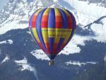 la montgolfière multicolore d'alpes montgolfière
